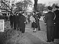 100 jaar KIM Den Helder bezoekdag koningin Juliana. De vorstin wordt voorgesteld, Bestanddeelnr 906-7899.jpg