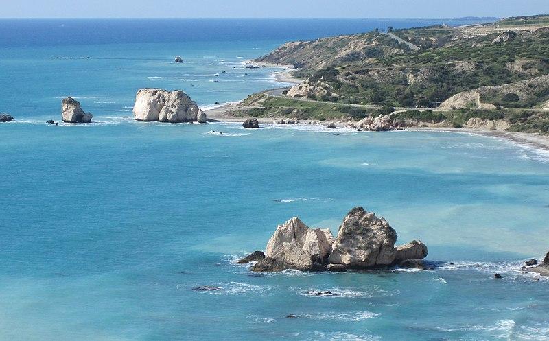 Берег Кіпру неподалік від Пафоса (фото Vladimer, CC-BY-SA-3.0) https://commons.wikimedia.org/wiki/File:2rocks.jpg