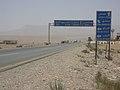 Abzweig in den Irak auf der Fahrt durch die Wüste von Palmyra nach Damaskus (38674689242).jpg