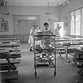 Afruimwerkzaamheden in de eetzaal van het kinderdorp Oniem, Bestanddeelnr 255-0538.jpg