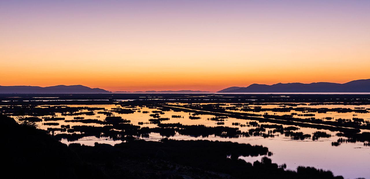 1280px-Amanecer_en_el_lago_Titicaca%2C_Puno%2C_Per%C3%BA%2C_2015-08-01%2C_DD_01.JPG
