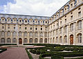 Ancienne abbaye Val-de-Grace cloitre jardin.jpg