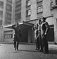 Arlington House Londen een officier met aktetas groet een aantal manschappen, Bestanddeelnr 935-1703.jpg