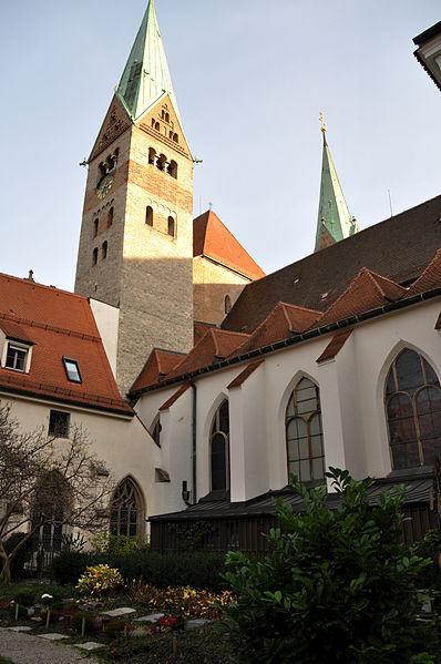 File:Augsburg Domkreuzgang Hof 03.jpg