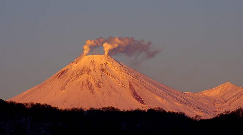 File:Avachinsky Volcano in Kamchatka in Russia - 2787374.jpg