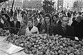 Bakkers bakken oliebollen Amsterdam, verkoop oliebollen aan kraam voor Reumafond, Bestanddeelnr 925-2680.jpg