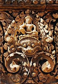 """Banteay Srei biết đến là một trong những ngôi đền có nghệ thuật điêu khắc tinh vi . Trong ảnh là bức tranh """"kala"""" , con vật cởi thần thọai linh thiêng của thần Shiva đại diện cho thời gian và vàng bạc được các nhà điêu khắc tài ba Khmer chạm trổ đến từng chi tiết nhỏ nhất"""
