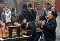 Beijing-Lamakloster Yonghe-44-Hof3-Opfernde-gje.jpg
