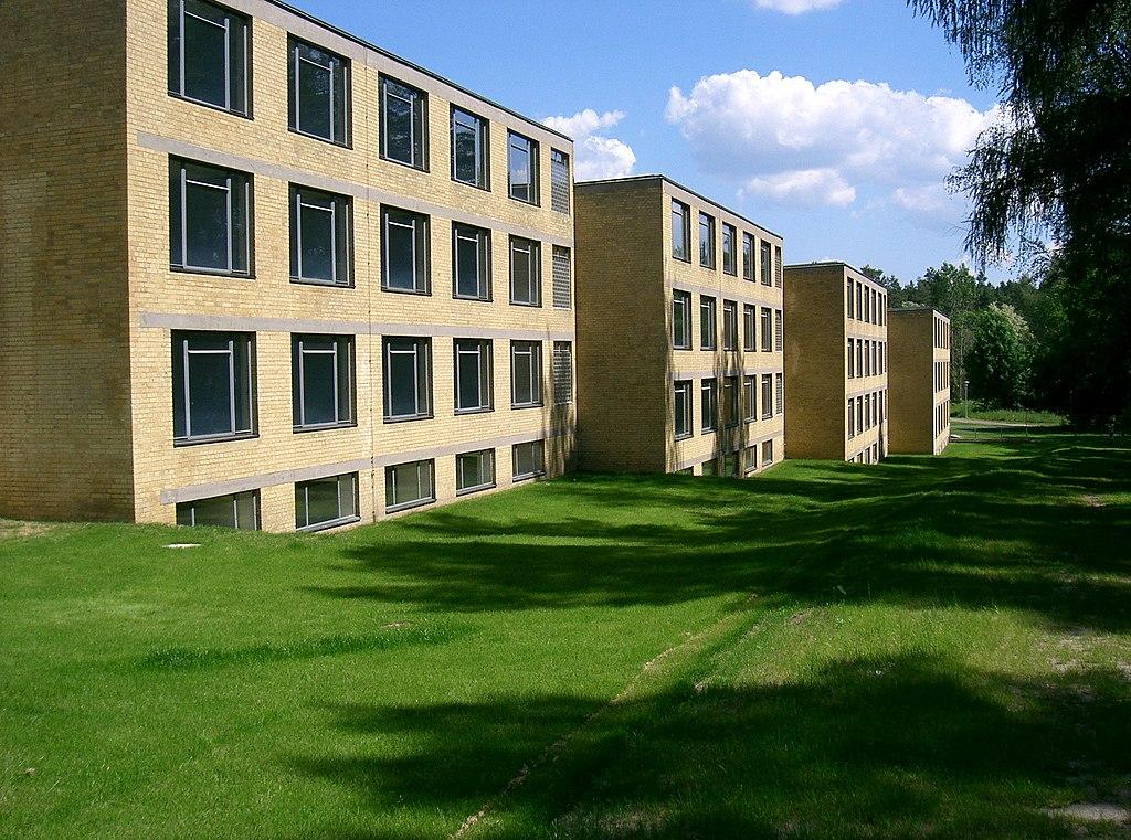 Weltkulturerbestätte ADGB Schule in Bernau bei Berlin. Wohntrakte vorne (Welterbe in Brandenburg)