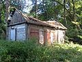 Białowody, budynek gospodarczy w parku dworskim.jpg