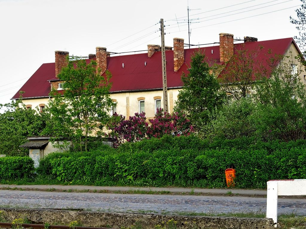 1024px-Blok_przy_ulicy_Dworcowej_8.jpg