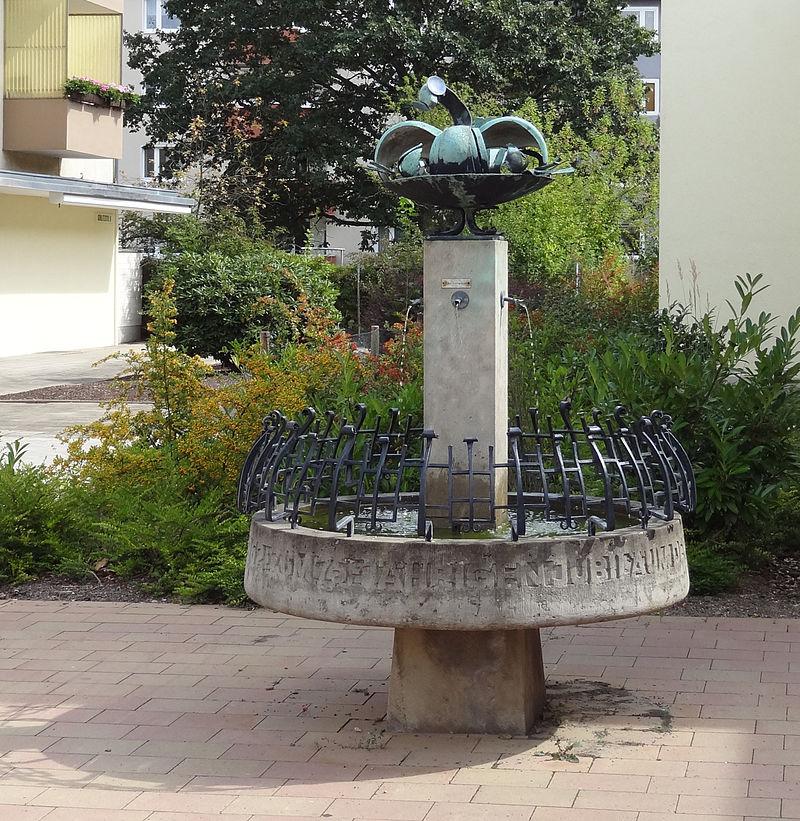 Die Liste der Brunnen in Braunschweig 800px-Brunnen-EKZ-Goerlitzstr_BS-Img01