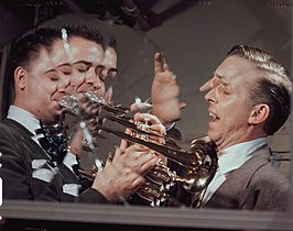 Buddy Childers (links) met Stan Kenton, 1947 of 1948 (foto: William Gottlieb)