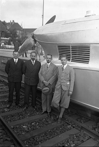 Franz Kruckenberg - Kruckenberg (2nd from the left) in front of the Schienenzeppelin
