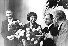 Berghaus' Amtseinführung als Intendantin des Berliner Ensembles, mit DDR-Kulturminister Klaus Gysi und Wolfgang Heinz (1971) (Quelle: Wikimedia)