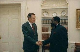 Jonas Savimbi - Savimbi greeting President George H. W. Bush in 1990