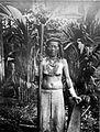 COLLECTIE TROPENMUSEUM Een Kayan vrouw met een wan en een rijststamper van ijzerhout Borneo TMnr 10005513.jpg
