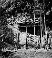 COLLECTIE TROPENMUSEUM Rotsgraven met steigers nabij Lemo TMnr 20000507.jpg