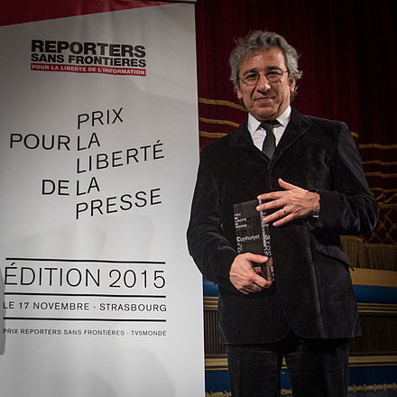 Cumhuriyet 's former editor-in-chief Can Dundar receiving the 2015 Reporters Without Borders Prize. Shortly thereafter, he was arrested. Can Dundar prix RSF Strasbourg 17 novembre 2015.jpg
