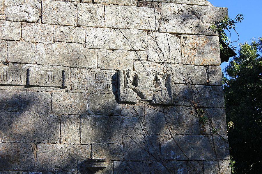 Chapelle Saint-Jacques (Brech)  inscription en caractères gothiques et statue d'ange
