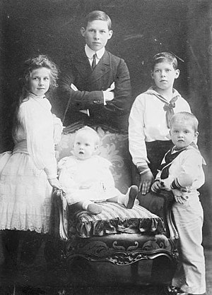 Alexander of Greece - Alexander and his siblings in 1905. Clockwise from far left: Helen, George, Alexander, Paul and Irene. (Katherine was born after this photograph was taken.)