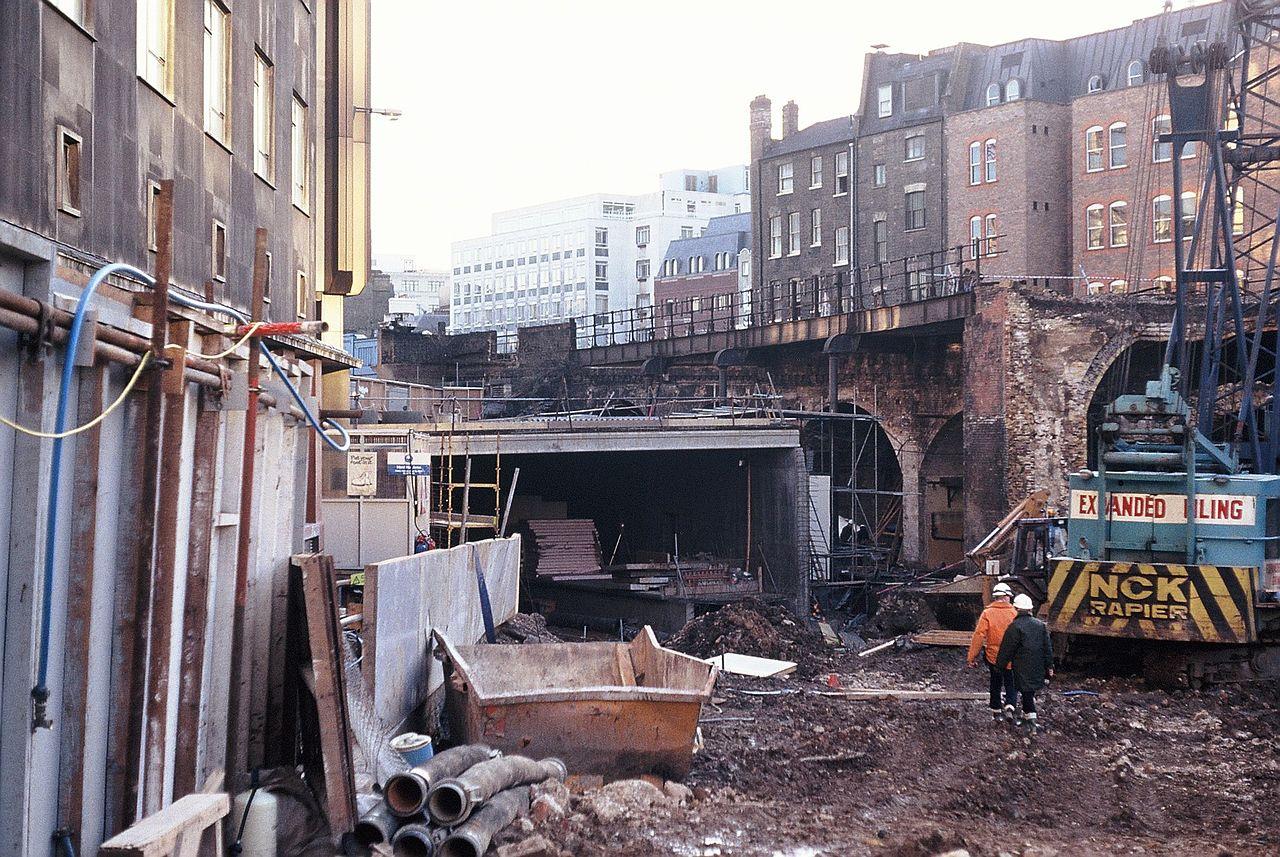 1280px City Thameslink under construction %281990%29 - Ludgate: Requiem für eine Stadtbrücke