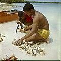 Collectie Nationaal Museum van Wereldculturen TM-20029677 Kark¾vissers halen het weekdier uit de schelp bij de lagune Lac Bonaire Boy Lawson (Fotograaf).jpg