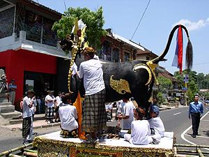 Ngaben - Image: Cremation turning bull