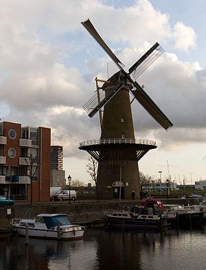"""Väderkvarn """"De Distilleerketel"""" 2011 med två uppsatta segeldukar"""