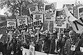 Demonstrerende NS-medewerkers met spandoeken Haags gejat meer dan zat en Spoor, Bestanddeelnr 932-7593.jpg