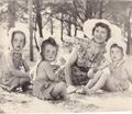 Denise et ses trois filles en vacances à l'île de Ré en 1948.png