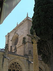 Detalle de la Catedral de Ciudad Rodrigo desde el interior del Claustro.jpg