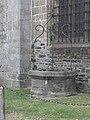 Dol-de-Bretagne (35) Cathédrale Puits extérieur 02.JPG