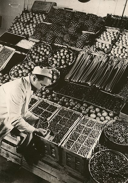 File:Dugan Brothers, Man sorting Fruit (8456098515).jpg