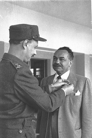 Yigael Yadin - IDF Chief of Staff Yigael Yadin presenting a decoration to actor Edward G. Robinson (1950)