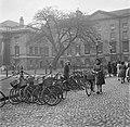 Een studente zoekt haar fiets die gestald is op de binnenplaats van het Trinity , Bestanddeelnr 191-0859.jpg