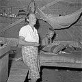 Een vrouw en een meisje in een verblijfsruimte van het Adekkamp in Batavia, Bestanddeelnr 255-8182.jpg