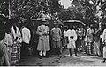 Een zojuist per auto gearriveerde Europeaan bij een busstation in Panjaboengan.jpg
