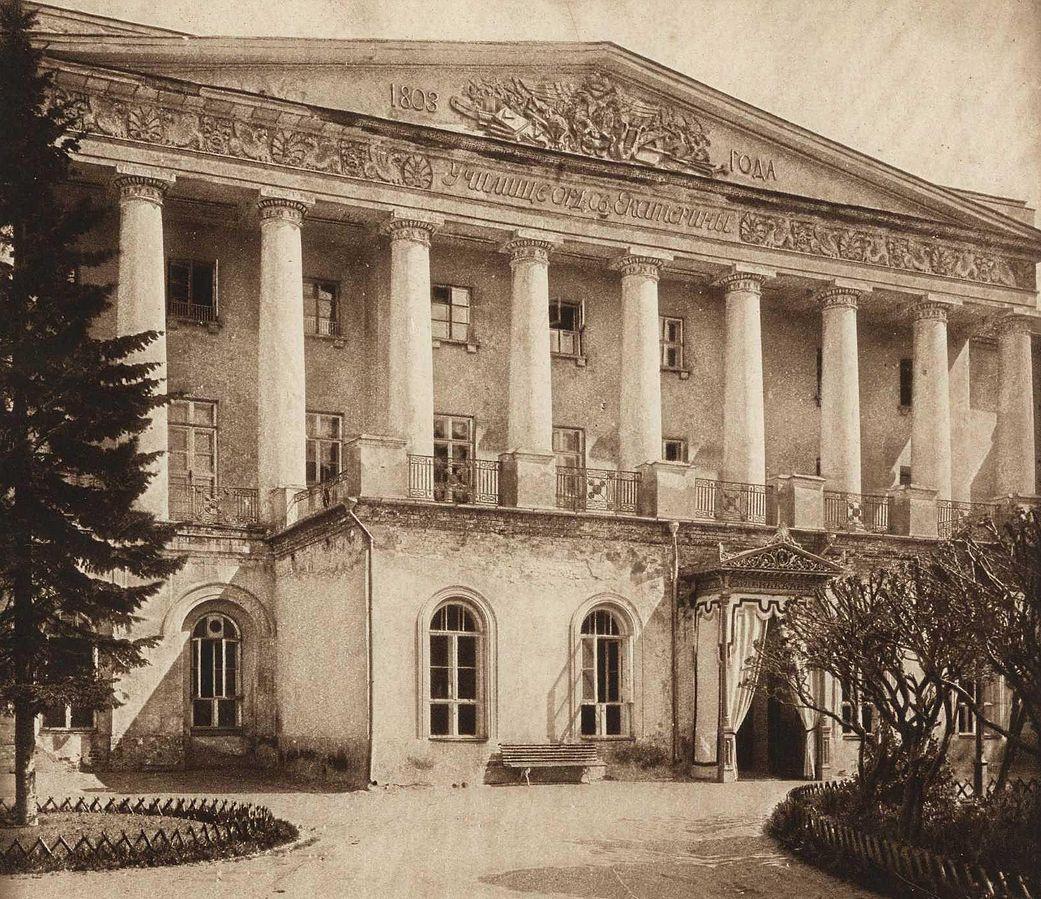 https://upload.wikimedia.org/wikipedia/commons/thumb/3/35/Ekaterininskiy_Institut.jpg/1041px-Ekaterininskiy_Institut.jpg