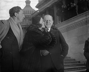 """Eleanor Powell entouée de l""""acteur Ray Bolger et du sénateur du Maryland George L. Radcliffe en 1938"""