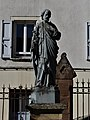Espalion statue devant église.jpg
