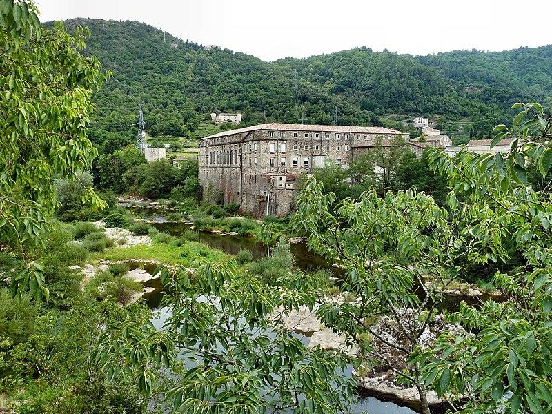 L'ancienne filature de soie au Moulinon près de Saint-Sauveur-de-Montagut. Située au confluent de l'Auzène et de l'Eyrieux elle tirait son énergie de ces deux rivières. L'usine a été restaurée et abrite maintenant plusieurs entreprises diverses.