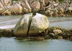 bloque 3.- Intemperismo, que es, que lo produce, tipos.. HECHO POR PAOLA URIARTE ANGULO  250px-Ffionphort_cracked_granite_boulder