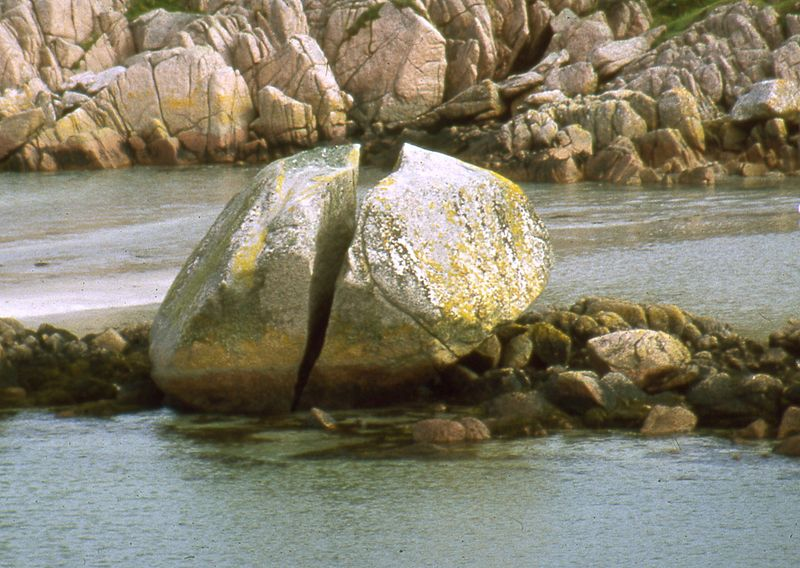 File:Ffionphort cracked granite boulder.jpg