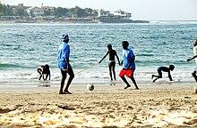 Bambini che giocano in una spiaggia della penisola di Capo Verde
