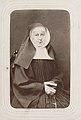 Fotoportret van zittende non, P & Th Weijnen, Maastricht, ca 1860-1880.jpg