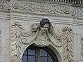 Frauenkopf (Schlussstein über dem Fenster) am Palais im Großen Garten in Dresden 4.jpg