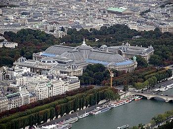 Vista del conjunto monumental formado por el Grand Palais, el Petit Palais y el Puente Alejandro III, desde la torre Eiffel.