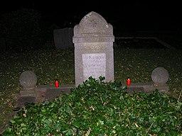 """[Foto: Gedenkstein Kapp-Putsch, Kommunalfriedhof Heven, Witten; Inschrift: """"Im Kampfe für die Freiheit gefallen – Das Leben nahmen sie, aber nicht die Freiheit""""; Es ist dunkel. Zwei rote Grablichter stehen auf dem Grab.]"""