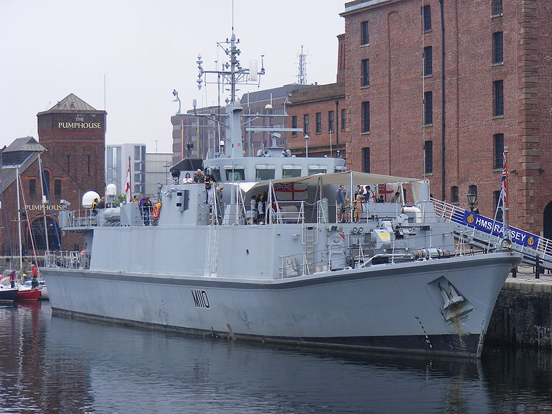 800px-HMS_Ramsey_%28M110%29_in_Liverpool.jpg